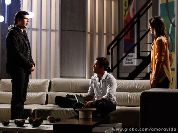 Momentos antes, ele entrega à irmã a prova de que Bruno não a traiu com Aline (Foto: Inácio Moraes / TV Globo)