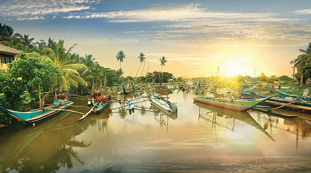 Fishing boats in water bay at sunset, Sri Lanka (Foto: Getty Images/iStockphoto)
