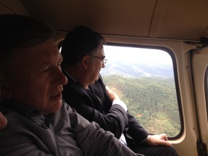 Governador e secretário de Defesa Civil sobrevoam Vale do Itajaí nesta sexta (Foto: Airton Fernandes/Secom)