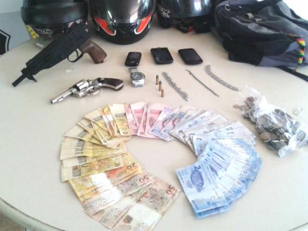 Suspeitos utilizaram uma arma de brinquedo para praticar assalto na região (Foto: Valdomiro Pereira/RPC TV)