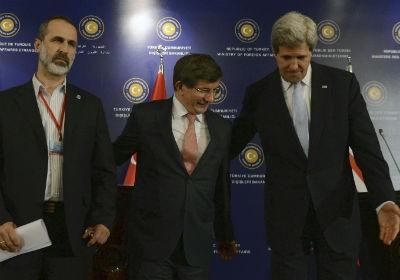 O secretário de Estado americano, John Kerry (à dir), o ministro de Relações Exteriores da Turquia, Ahmet Davutoglu (ao centro), e o líde da oposição síria, Moaz al-Khatib, posam para fotos após a Conferência dos Amigos da Síria, em Istambul (Foto: AP)