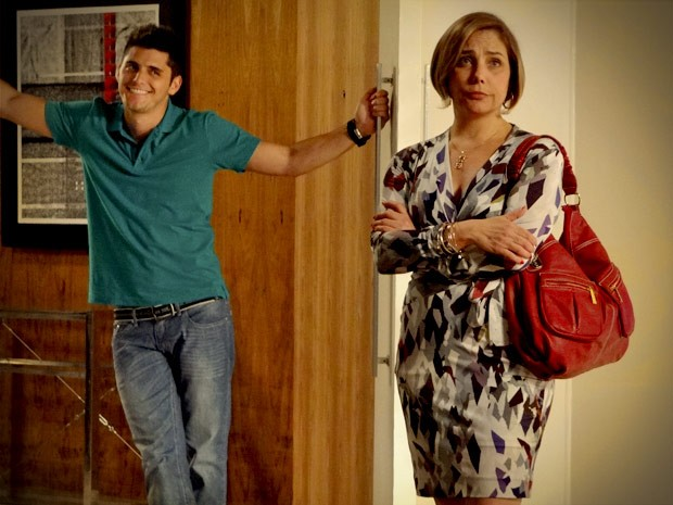 Iran tá super na vibe de se mudar, mas Monalisa não parece muito encantada (Foto: Avenida Brasil / TV Globo)