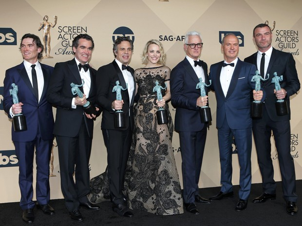 "The cast of ""Spotlight"" (from left:) Billy Crudup, Brian d'Arcy James, Mark Ruffalo, Rachael McAdams, John Slattery, Michael Keaton and Liev Schreiber, hold their awards for Outstanding Performance by a Cast in a Motion Picture as they pose backstage at t (Foto: Mike Blake/Reuters)"