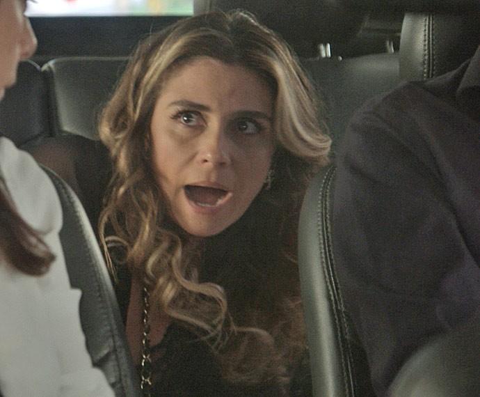 Atena se enfia no carro de vizinhos para fugir do prédio (Foto: TV Globo)