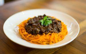 Veja receita de espaguete de cenoura com molho funghi