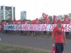 Grupo marcha até a Esplanada para prestar apoio a Dilma