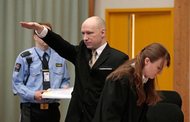 Assassino norueguês faz saudação nazista ao entrar em tribunal (Foto: Lise Aserud/NTB scanpix/AP)