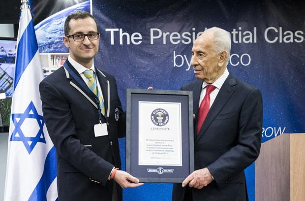 O presidente de Israel, Shimon Peres (à direita), recebe de representante do Guinness seu certificado nesta quinta-feira (6) (Foto: Jack Guez/AFP)