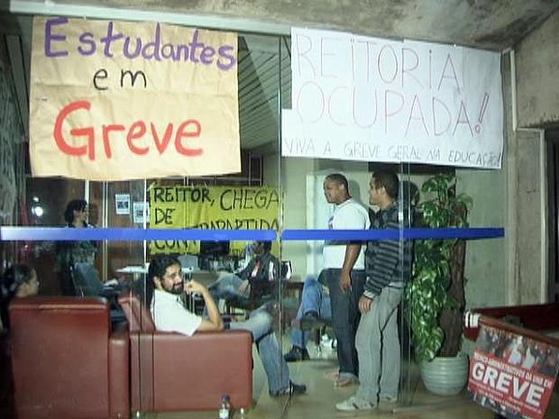 Cerca de 50 estudantes ocupam a sala do reitor da Universidade de Brasília (Foto: Reprodução/TV Globo)