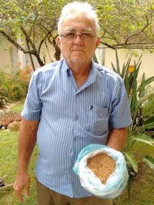 Profeta também observa o bagaço da formiga de roça para prevê um bom inverno (Foto: Elias Bruno / G1)