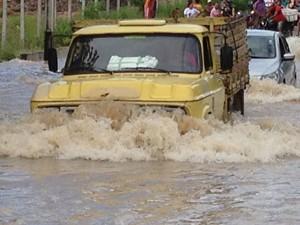 Chuva interdita rua no bairro Valentina em João Pessoa (Foto: Walter Paparazzo/G1)