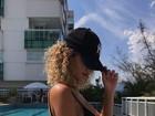 Laura Fernandez mostra boa forma em manhã de sol, piscina e bronze