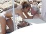 Richard Gere aproveita praia italiana ao lado de namorada de 32 anos