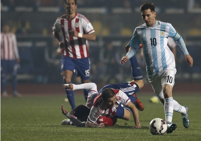 Messi deixa Bruno Valdez no chão Argentina x Paraguai (Foto: AP Photo/Silvia Izquierdo)