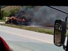 Carreta pega fogo na BR-116, próximo a Padre Paraíso