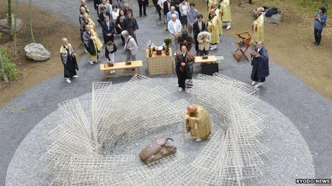 O monumento foi inaugurado há pouco mais de uma semana no Templo Kenchoji, em Kamakura, ao sul de Tóquio. (Foto: Kyodo News/BBC)
