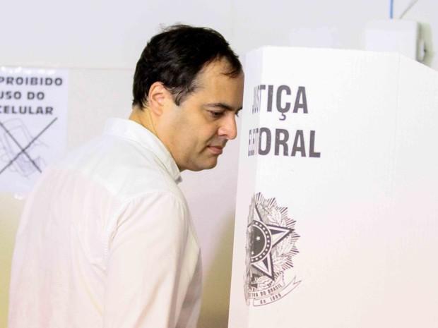 Governador de Pernambuco, Paulo Câmara (PSB) vota no Recife, neste domingo (2) (Foto: Marlon Costa/Pernambuco Press)