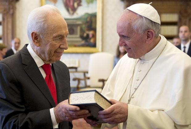 Shimon Peres se encontra com o Papa Francisco no Vaticano nesta terça-feira (30) (Foto: Ettore Ferrari/AFP)