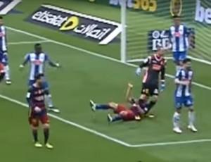 Pau López pisa em Luis Suárez no jogo Barcelona x Espanyol