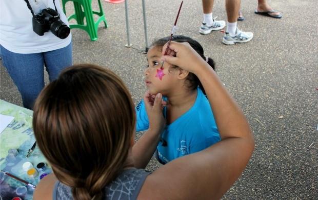 Pequena corredora fez questão de pintar o rosto para competir (Foto: Marcos Dantas)