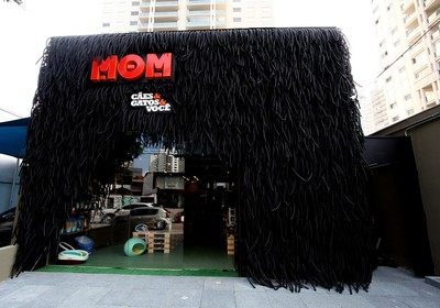 Fachada da loja, feita com mangueiras de plástico para imitar pelos (Foto: Divulgação)
