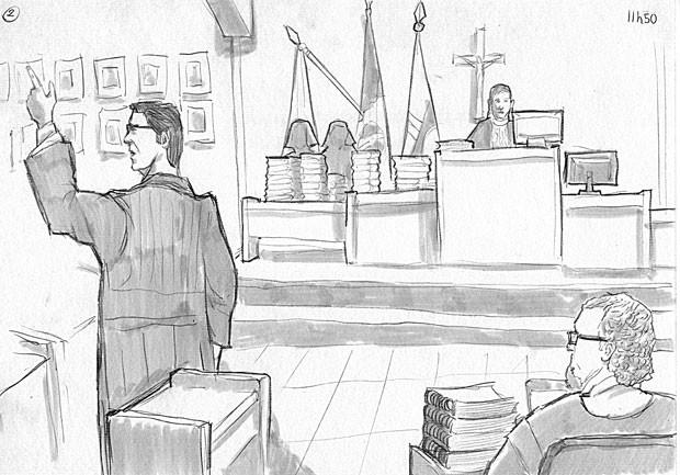 Promotor Henry falando fala para os jurados, com juíza Marixa Fabiane ao fundo (Foto: Leo Aragão/G1)
