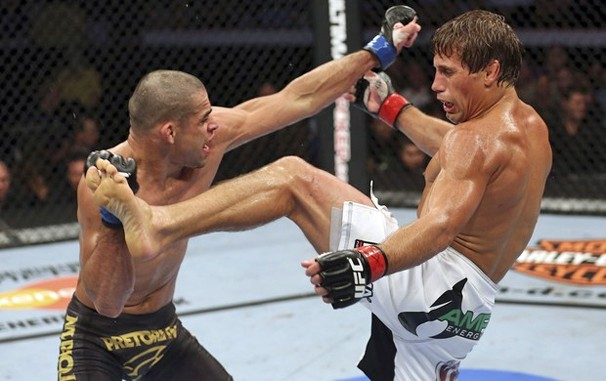 Renan Barão em ação contra Urijah Faber em julho de 2012; Globo exibe revanche nesta madrugada (Foto: Getty Images)