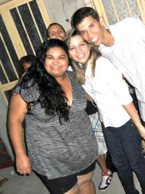 Jovem com os amigos em foto tirada no ano passado (Foto: Arquivo pessoal/ Janine Freitas)