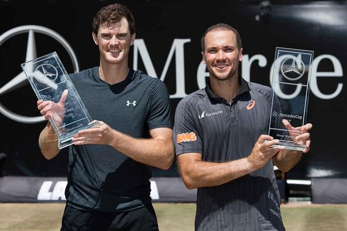 Soares e Murray posam com o troféu de campeão do ATP 250 de Stuttgart (Foto: Divulgação )