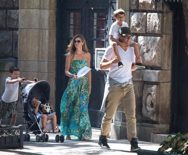 Gisele Bünchen com Tom Brady e os filhos (Foto: Splash News / AKM-GSI)