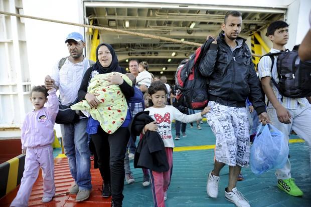 Refugiados e migrantes desembarcam de navio em porto de Pireu, perto de Atenas, na Grécia (Foto: Michalis Karagiannis/ Reuters)
