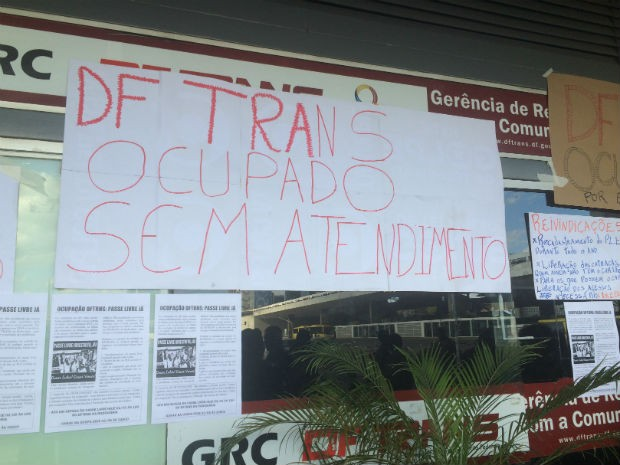 Cartaz feito pelos estudantes avisa que não há atendimento no posto do térreo da rodoviária (Foto: Jamile Racanicci/G1)