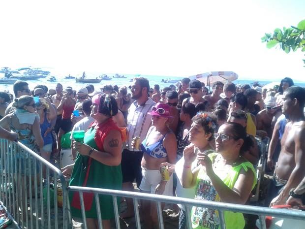 Mesmo com o fim da música do Zé Pereira, público permaneceu na folia na areia da praia (Foto: Valéria Martins/G1)
