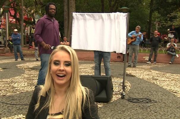 Priscila Brenner e Manoel foram para as ruas de Novo Hamburgo em busca de novos talentos da música (Foto: Reprodução/RBS TV)