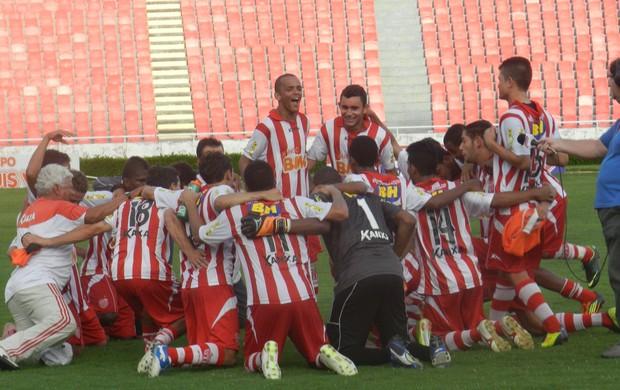 Villa Nova vence Uberlândia e comemora classificação na final da Taça Minas (Foto: Caroline Aleixo/GLOBOESPORTE.COM)