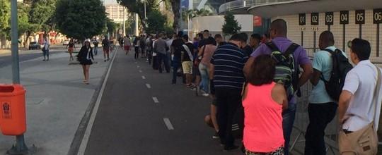 Torcedores formam longas filas por ingressos para a final do Campeonato Carioca entre Vasco e Botafogo (Richard Souza)