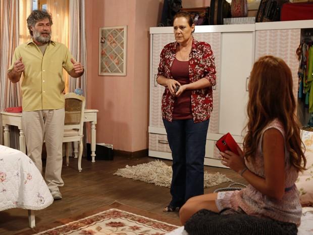 Manuel fica desconfiado com ataque de Bélgica e atitude de Tina com a situação (Foto: Ellen Soares/Gshow)
