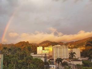 Após muita chuva em Petrópolis, tempo abriu e arco-íris apareceu nesta quinta (6) (Foto: Bruno Rodrigues / G1)
