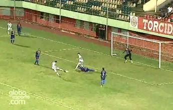 """""""Sem querer"""", jogador impede gol de companheiro em jogo da D; veja vídeo"""