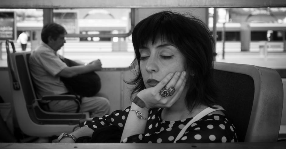 Mulher bela dormindo o ônibus ou trem (Foto: Flickr/ Nicolas Alejandro)