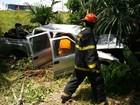 Homem fica ferido após bater pick-up em árvore na Zona Norte de Manaus