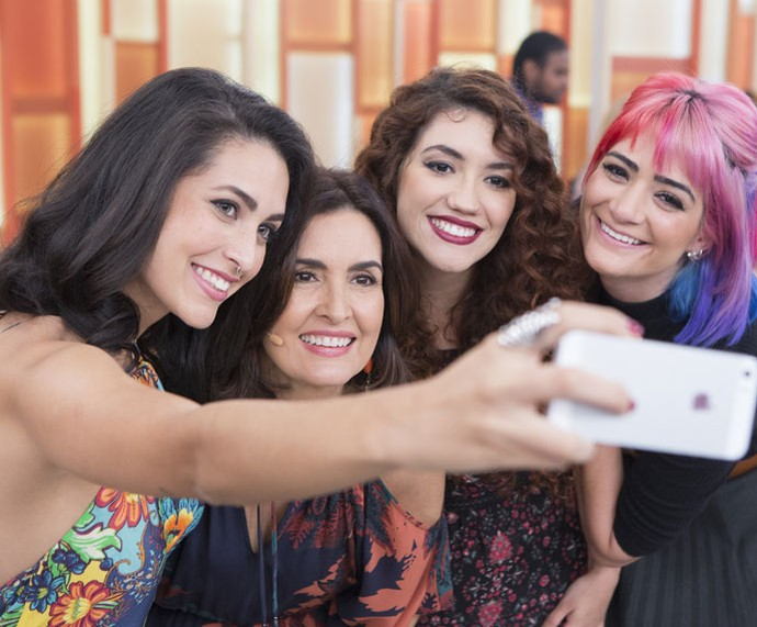 Fátima tira selfie com convidadas do 'Encontro' (Foto: Fábio Rocha/Gshow)