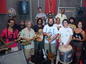 Músicos que integram a banda do Enquanto corria o bloco (Foto: Marcos Ramos/ Divulgação Enquanto corria o bloco)