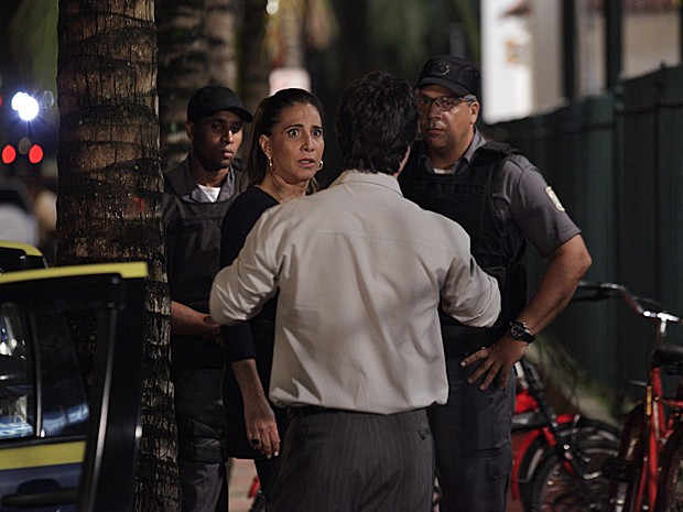 Wanda leva susto ao perceber que vai ser levada para a delegacia (Foto: Salve Jorge/TV Globo)