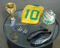 Pelé posa em Nova York com artigos raros de sua coleção que vão a leilão