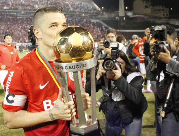 D'Alessandro com a taça do título do Gauchão (Foto: Diego Guichard/GLOBOESPORTE.COM)