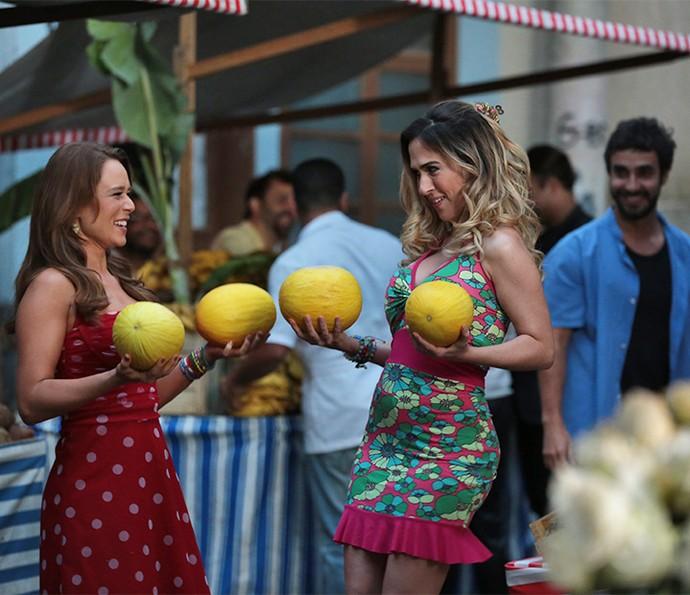 Olha os melão! Tancinha e Fedora se divertem vendendo na feira (Foto: Isabella Pinheiro/Gshow)