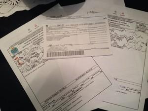 Ana Claudia mostra a pilha de contas à pagar das mensalidades dos três filhos (Foto: Ana Claudia Consenza / Arquivo Pessoal)