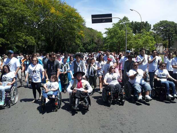 Caminhada reuniu mais de 100 pessoas em Porto Alegre (Foto: Josmar Leite/RBS TV)