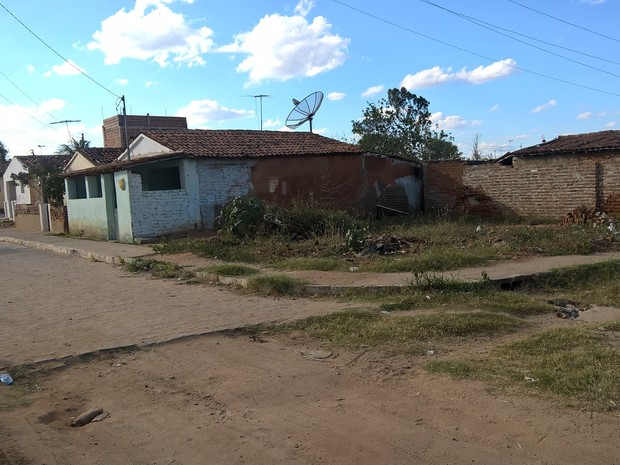Calçamento do bairro dos Pereiros, em Serra Branca, também foi feito pela metade (Foto: Diogo Almeida/G1)